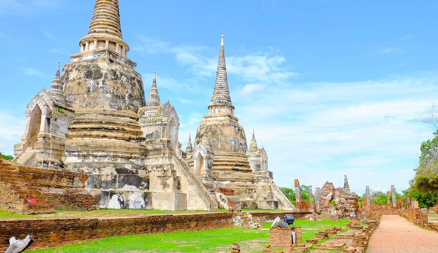 Sulla sinistra le rovine di due antiche pagode
