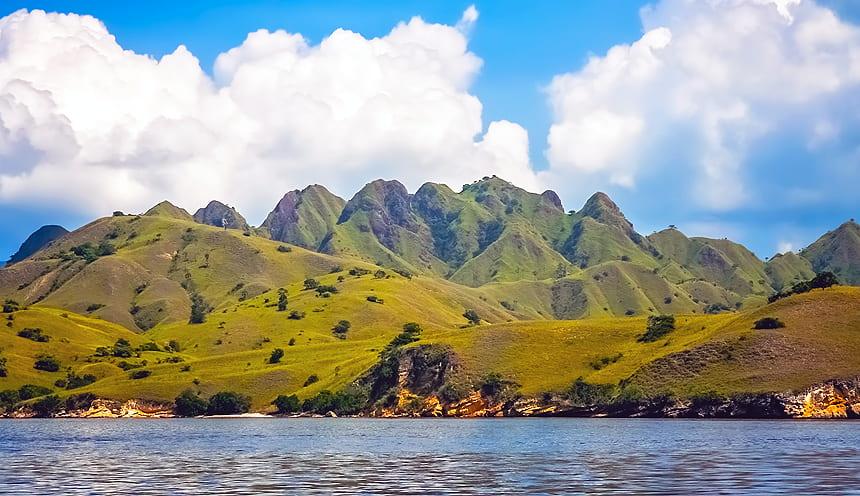 Foto panoramica con in evidenza un'isola dal profilo molto frastagliato con diversi picchi erbosi.