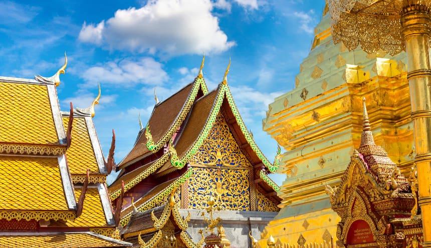I tetti dorati di un tempio e di una pagoda.