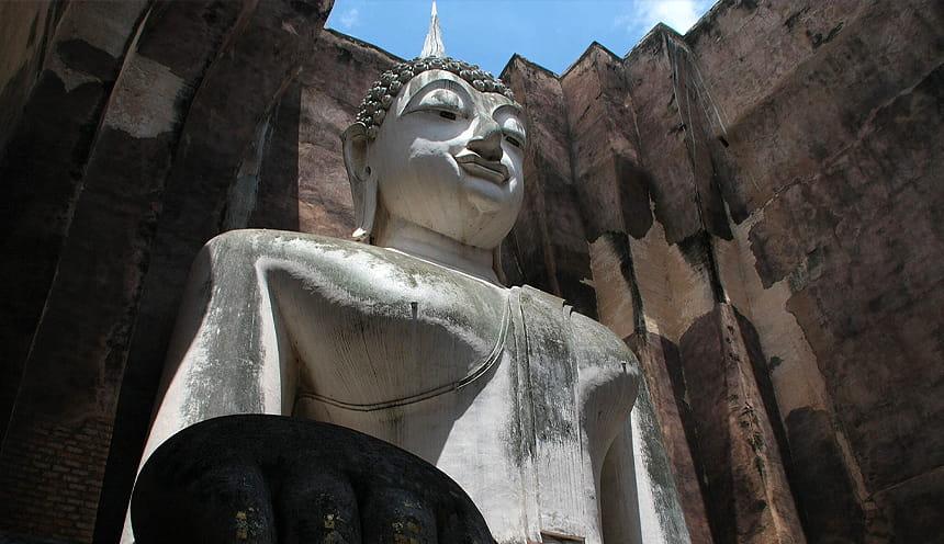 Un'imponente statua del buddha vista dal basso.