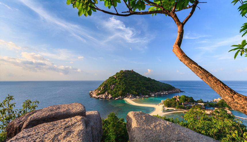 Foto panoramica con una piccola isola collinare collegata da una sottile linea di sabbia all'isola in primo piano
