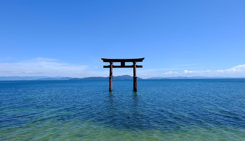 Un ampio lago con un portale giapponese al centro.