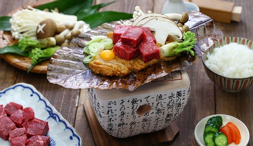Un tipico piatto con carne, funghi e verdure.