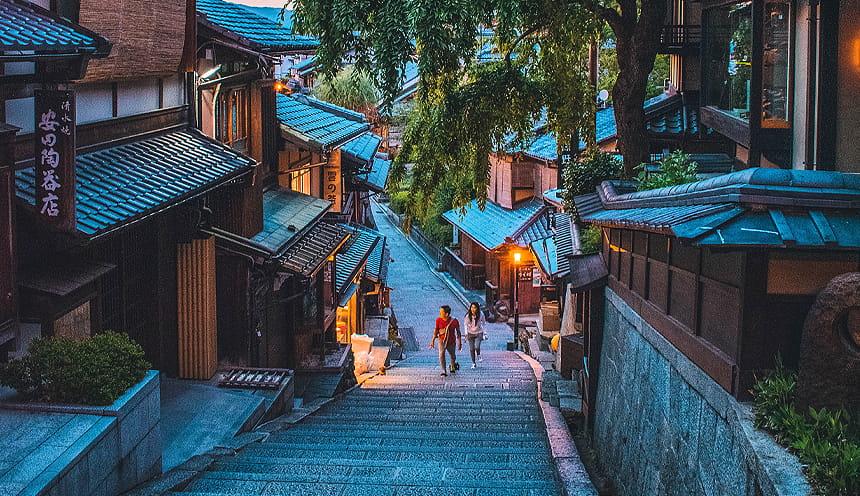 Una stradina circondata da case in legno a Kyoto.