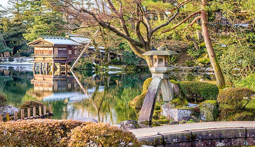 Un giardino con alcune sculture e strutture giapponesi.