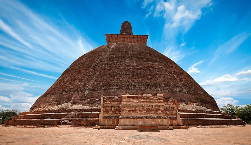 Una grande stupa in mattoni rossicci.
