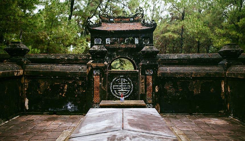 Ingresso delle mura di un mausoleo dalle mura e stile orientale.