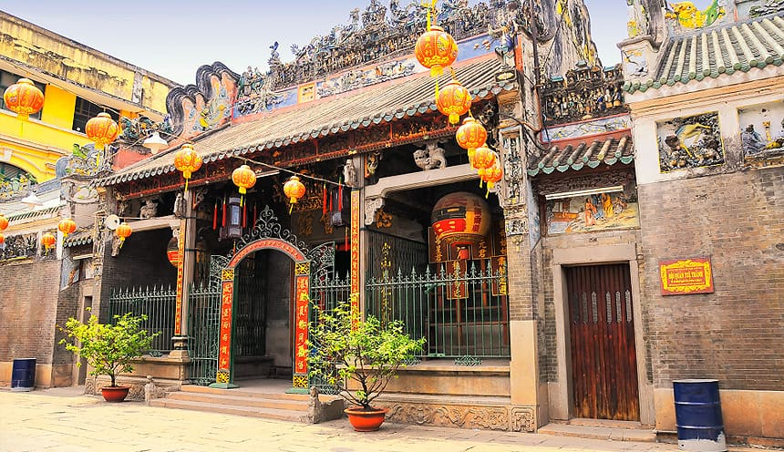 Una casa dallo stile cinese con alcune lanterne appese fuori.
