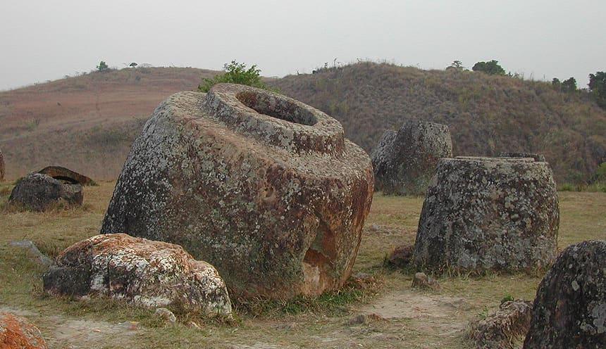 Una grossa giara in pietra, senza coperchio. Accanto una giara più piccola e dietro i resti di qualche altra giara.