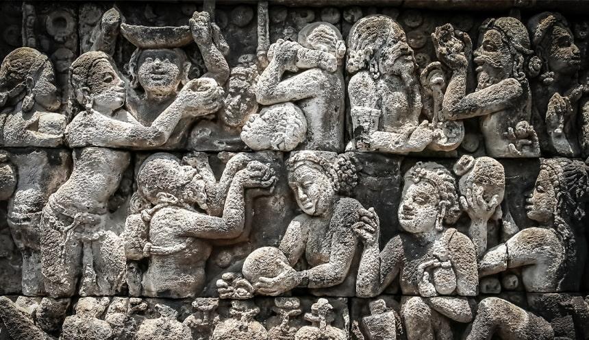 Particolare di un bassorilievo in pietra con soggetti femminili con frutta e attrezzi in mano