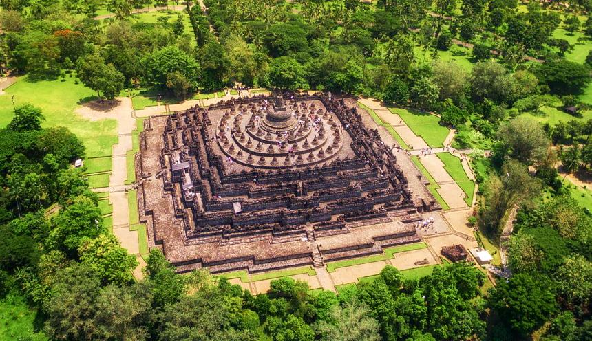 Vista area di Borobudur con in primo piano la struttura piramidale di color marrone-rossastro