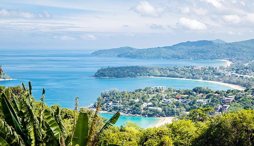 Foto panoramica di una costa con tre baie e vegetazione tropicale.