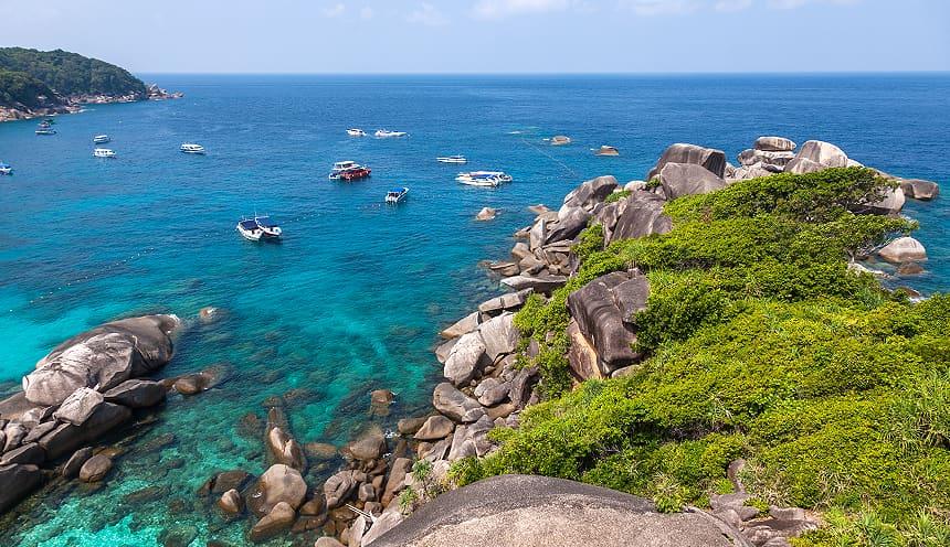 Primo piano degli scogli frastagliati della costa dell'isola di Similan e acque smeralde.