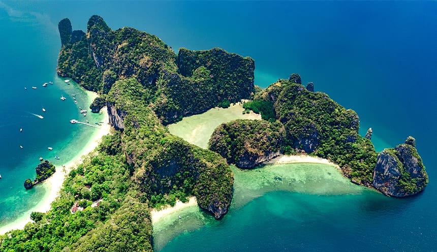 Vista aerea di alcune formazioni rocciose molto vicine che escono dal mare a formare una laguna riparata.