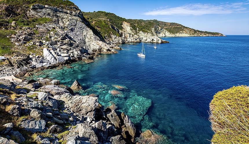 Scorcio del mare intorno a Skopelos con le pareti rocciose che si immergono sulla sinistra.