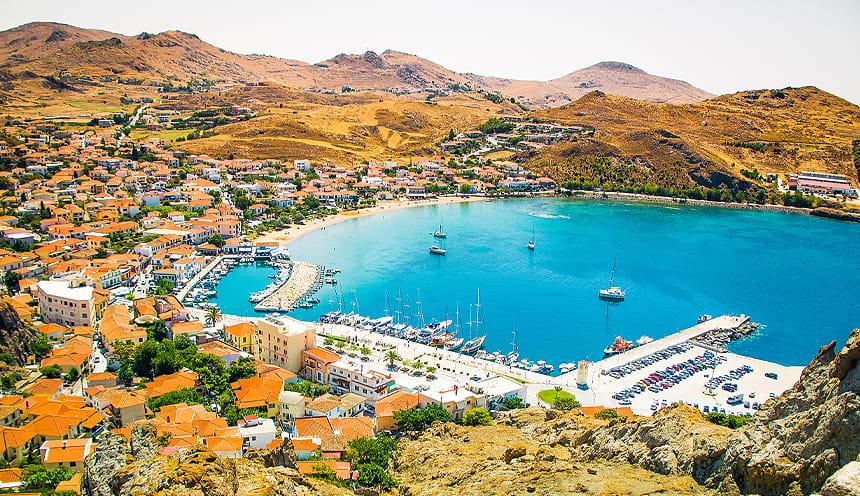 Una baia circondata da colline dai colori mediterranei.