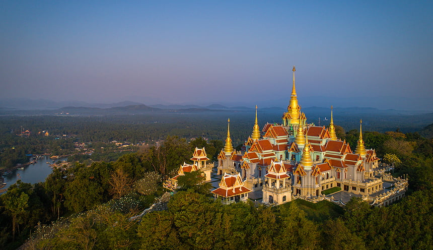 Un grosso complesso di templi su una collina circondato dalla giungla.