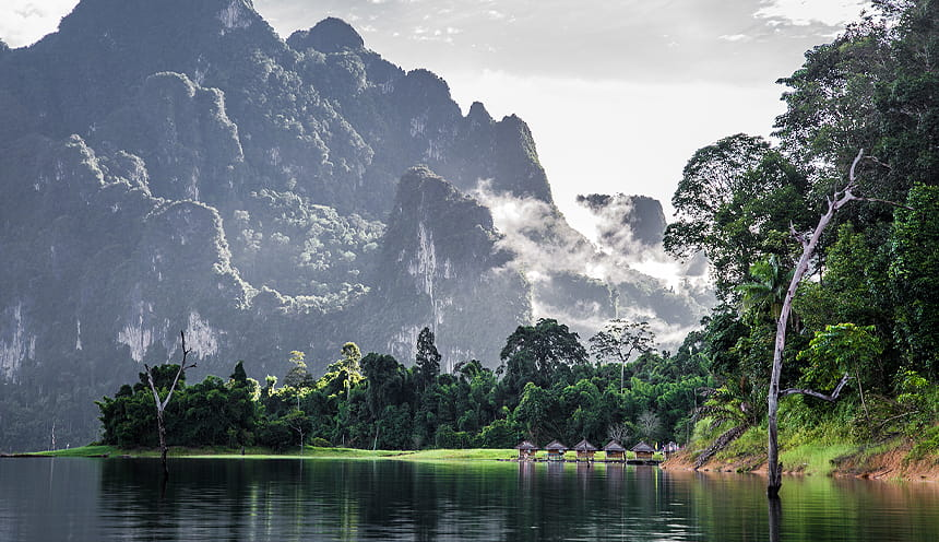 I picchi rocciosi sullo sfondo ad un lago e il verde della giungla.