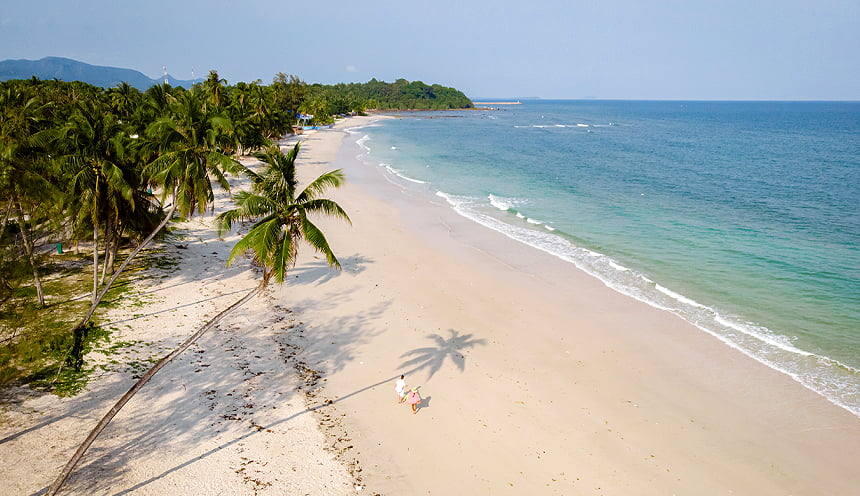Un ampia spiaggia di sabbia e acque color turchese.