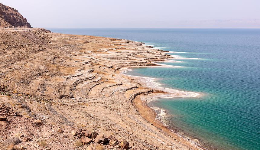 La costa sinuosa e brulla del Mar Morto.