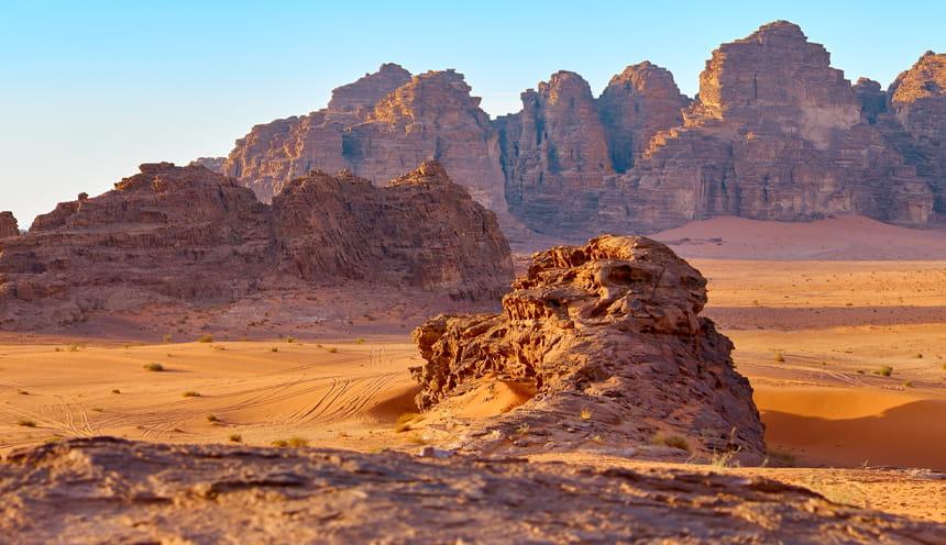 Particolare di un deserto con promontori rocciosi.