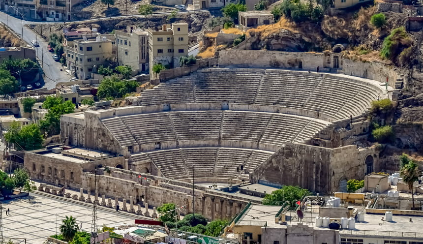 L'ampia gradinata di un antico teatro romano.