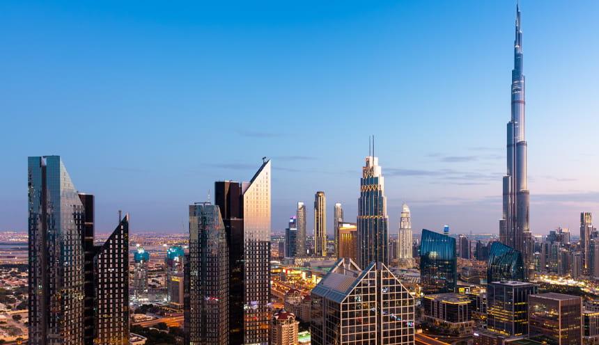 Lo skyline di una metropoli con molti grattacieli vetrati.