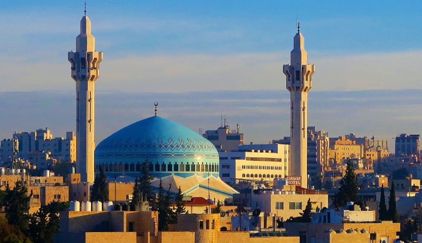 I minareti di una moschea dalla cupola azzurra.