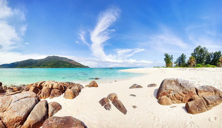 Una spiaggia con alcune rocce.